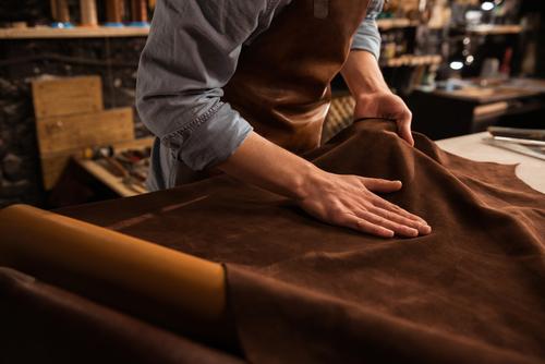 Maroquinier travaillant le cuir